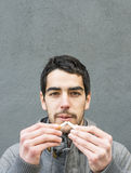 Retrato do homem que quebra um cigarro. imagem de stock