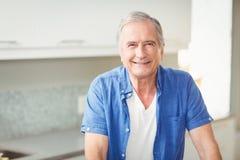 Retrato do homem sênior feliz fotos de stock royalty free