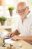 Retrato do homem sênior que trabalha em casa Foto de Stock Royalty Free