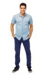 Retrato do homem seguro com mãos em uns bolsos Foto de Stock