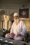 Retrato do homem sikh indiano no turbante no templo dourado em Amritsar Fotografia de Stock Royalty Free
