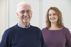 Retrato do homem superior de sorriso com filha adulta Imagens de Stock Royalty Free