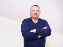 Retrato do homem superior na ligação em ponte imagens de stock royalty free