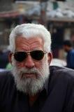 Retrato do homem superior paquistanês nos óculos de sol Karachi Paquistão imagem de stock