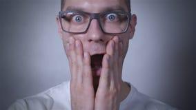 Retrato do homem surpreendido, assustado no estúdio Fim acima video estoque
