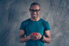 Retrato do indivíduo bem arrumado animador alegre bonito atrativo bonito bonito agradável que veste a utilização azul do t-shirt  fotografia de stock