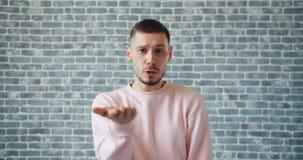 Retrato do indivíduo irritado que grita olhando a câmera que luta expressando a raiva video estoque