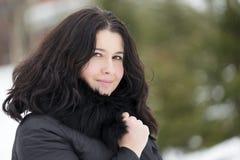 Retrato do inverno da baixada moreno bonita nova da mulher coberta na neve Conceito nevando da forma da beleza do inverno Imagens de Stock