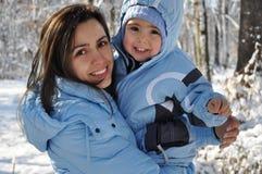 Retrato do inverno da mãe e do bebê Imagem de Stock