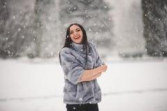 Retrato do inverno da menina da beleza com neve Fotos de Stock Royalty Free