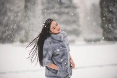 Retrato do inverno da menina da beleza com neve Imagem de Stock