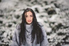 Retrato do inverno da menina da beleza com neve Imagem de Stock Royalty Free