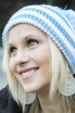 Retrato do inverno da menina de sorriso bonita imagem de stock