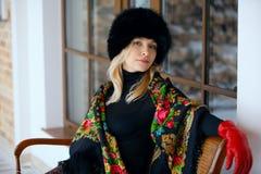 Retrato do inverno da menina no lenço colorido Fotografia de Stock