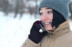 Retrato do inverno da moça com smartphone Imagens de Stock Royalty Free