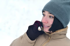 Retrato do inverno da moça com smartphone Foto de Stock Royalty Free
