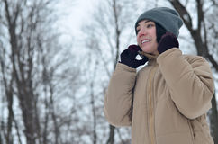 Retrato do inverno da moça com smartphone Fotografia de Stock Royalty Free