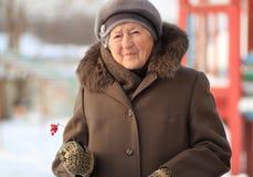 Retrato do inverno da mulher adulta Fotografia de Stock Royalty Free