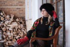 Retrato do inverno da mulher loura no lenço colorido Imagens de Stock Royalty Free