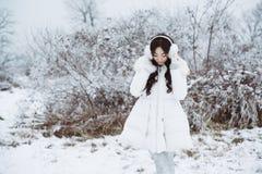 Retrato do inverno da orelha vestindo MU da mulher moreno bonita nova Foto de Stock