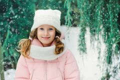 Retrato do inverno de 8 anos de passeio velho da menina da criança exterior no dia nevado Imagens de Stock