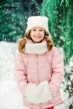 Retrato do inverno de 8 anos de passeio velho da menina da criança exterior no dia nevado Imagem de Stock