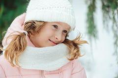 Retrato do inverno de 8 anos de passeio velho da menina da criança exterior no dia nevado Fotos de Stock Royalty Free