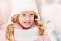 Retrato do inverno de 8 anos de passeio velho da menina da criança exterior no dia nevado Fotos de Stock