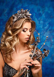 Retrato do inverno de uma menina com uma grinalda dos cones em suas cabeças Imagens de Stock