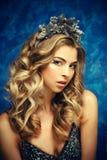 Retrato do inverno de uma menina com uma grinalda dos cones em suas cabeças Foto de Stock Royalty Free