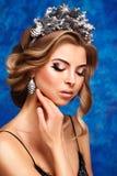 Retrato do inverno de uma menina com uma grinalda dos cones em suas cabeças Fotos de Stock