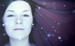 Retrato do inverno de uma mulher nova bonita fotos de stock royalty free
