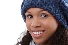 Retrato do inverno do close up da mulher afro feliz fotografia de stock