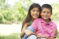 Retrato do irmão e da irmã no parque Fotografia de Stock