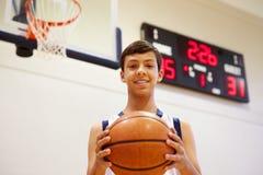 Retrato do jogador de basquetebol masculino da High School foto de stock