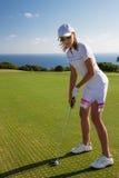 Retrato do jogador de golfe da jovem mulher Fotografia de Stock