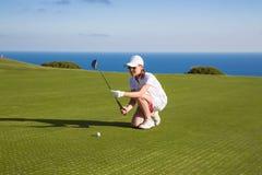 Retrato do jogador de golfe da jovem mulher Foto de Stock