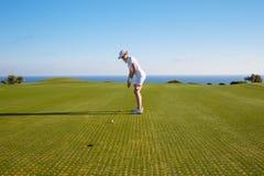 Retrato do jogador de golfe da jovem mulher Imagem de Stock