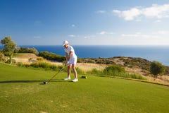 Retrato do jogador de golfe da jovem mulher Imagem de Stock Royalty Free