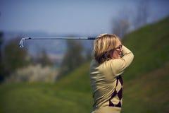 Retrato do jogador de golfe da mulher após um balanço Fotografia de Stock Royalty Free