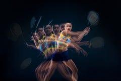 Retrato do jogador de tênis bonito da menina com uma raquete no fundo escuro Imagem de Stock Royalty Free