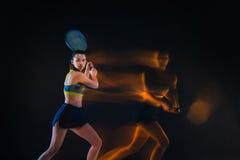 Retrato do jogador de tênis bonito da menina com uma raquete no fundo escuro Fotos de Stock Royalty Free