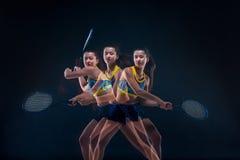 Retrato do jogador de tênis bonito da menina com uma raquete no fundo escuro Fotos de Stock