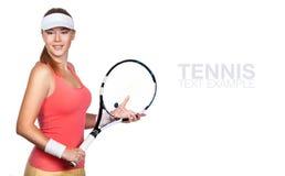Retrato do jogador de tênis bonito da mulher do esporte com uma raquete foto de stock