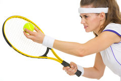 Retrato do jogador de ténis pronto para serir a bola Fotos de Stock Royalty Free