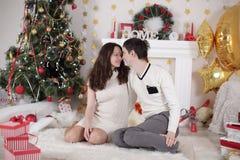 Retrato do lado do perfil de dois esposos casados cinzento-de cabelo românticos bonitos adoráveis bonitos da proposta doce bonita imagem de stock