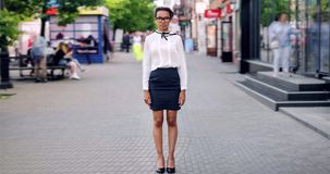 Retrato do lapso de tempo da menina afro-americano na roupa elegante na rua da cidade filme