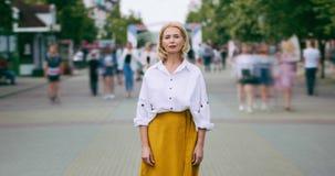 Retrato do lapso de tempo da senhora madura bonita com a cara séria na rua da cidade filme