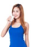 Retrato do leite bebendo da jovem mulher feliz Fotografia de Stock