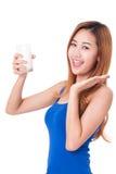 Retrato do leite bebendo da jovem mulher feliz Fotos de Stock Royalty Free